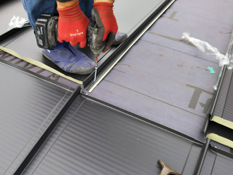 平塚市小鍋島にて雨漏りしてるスレート屋根を縦葺きの金属屋根へカバー工法