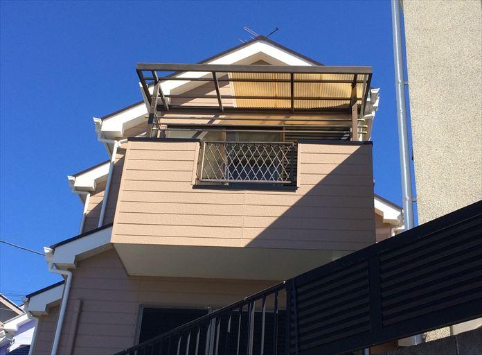 ベランダの屋根の屋根材が無くなっているのが分かります