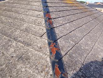 伊勢原市高森 傷んだスレートと錆びている棟板金