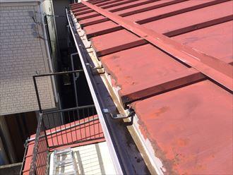 屋根面に釘を打つと雨漏りや下地の腐食を招きます