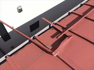 寒川町岡田の板金屋根は雪止めを固定する釘が屋根面に打ってありました