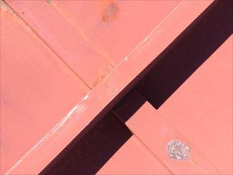 屋根面に釘を打つと雨漏りや下地の腐食の可能性があります
