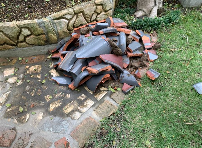 棟瓦の倒壊で落下して割れた粘土瓦