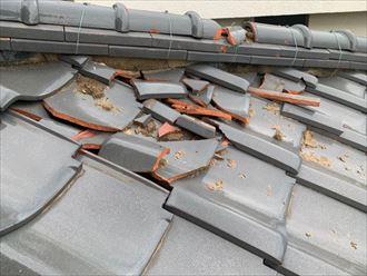 2階から落下してきた瓦で割れた1階の瓦屋根