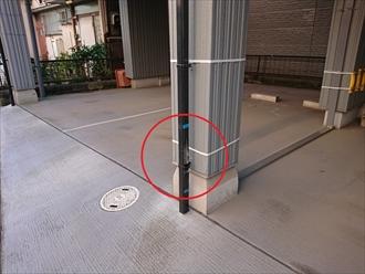 横須賀市池上にてガレージに下りてきている竪樋が駐車中にぶつけてしまい部分破損、商品によっては破損した部分のみ交換工事が可能です