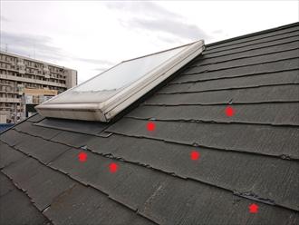 室内に雨漏りしている屋根、既に表層剥離が相当進んでいた様子