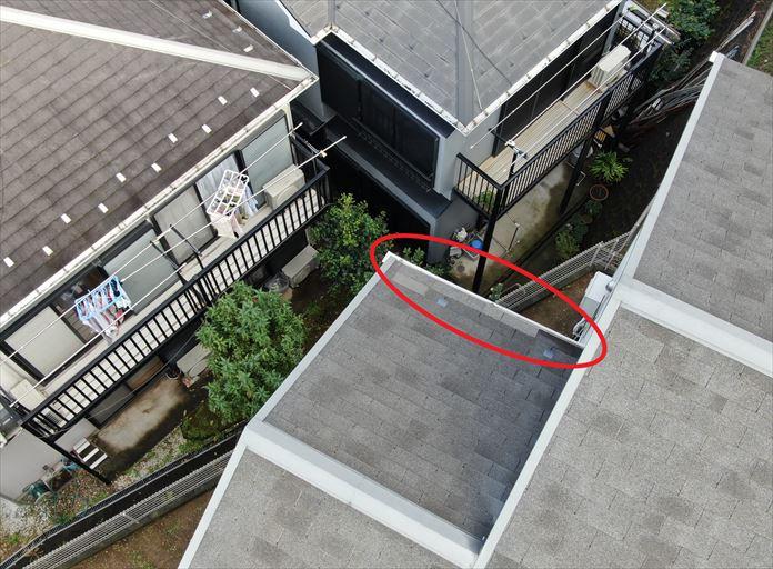 海老名市国分北でドローンを使用した屋根点検、ファイバーグラスシングルの剥がれを発見