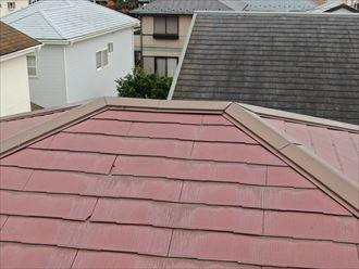 ドローンを使用した屋根点検で破損個所を撮影
