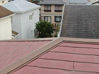ドローンを飛行させた屋根点検で破損個所を撮影