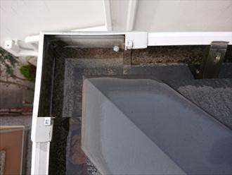 雨樋内部に雨水がたまりすぎて隙間から漏れてしまっている