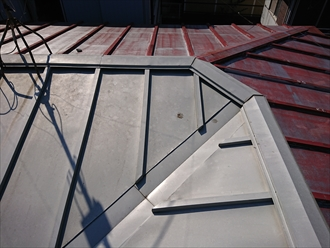 逗子市小坪にて瓦棒葺き屋根の雨漏り調査、近隣で工事していた業者に修繕してもらっていたようですが必ずしも正しい工事をしてくれるとは限りません