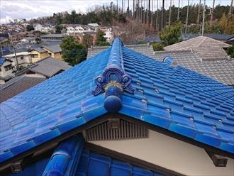 青緑のキレイな瓦屋根の様子