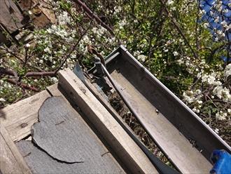 瓦だけでなく銅製雨どいも同時に破損してしまっていました