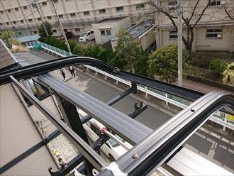 藤沢市湘南台にて強風被害、擁壁の上に建てられたお住まいのバルコニー庇のポリカーボネートが飛散してしまいました