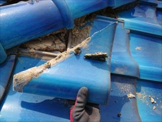 茅ヶ崎市円蔵にて築30年ノーメンテナンスの和瓦屋根から漆喰の劣化が原因で桟瓦が数枚落下し割れてしまっていました