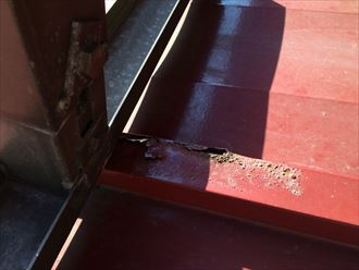 錆びて穴が開いている板金屋根