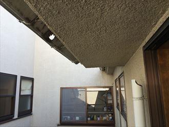 雨樋が破損して全部バルコニーに溜まっている