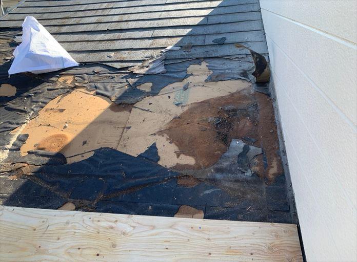 度重なる雨漏りで傷んでしまった野地板