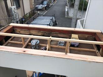 板が載るように木材で骨組みを造る