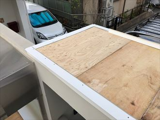 大和市渋谷で破損した笠木を下地からやり直して復旧しました