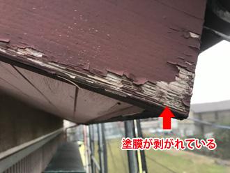 大和市上和田にて経年劣化で塗膜が剥がれた破風板の板金巻き工事