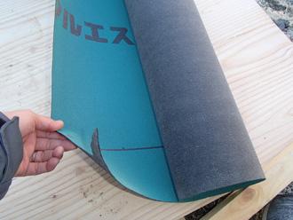 高座郡寒川町小動にて工場の物置屋根のカバー工法 野地板の上から防水紙を設置