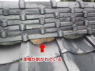 秦野市名古木 棟の漆喰が剥がれて粘土が見えている