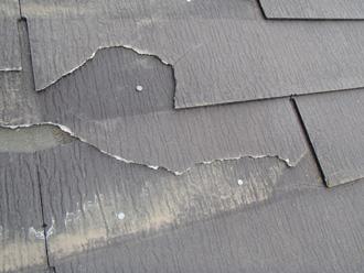 秦野市南が丘 スレートが剥がれて割れている
