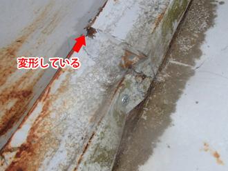 足柄上郡中井町井ノ口 工事前の屋根の状況 剥がれた屋根を応急処置で戻している