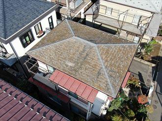 スレート屋根の表面の色が変色している