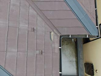 スレート屋根の破損部をドローンで撮影