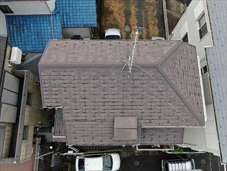 高基礎で3階建ての建物の屋根をドローンで調査