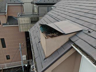 高基礎で3階建ての建物の破損した屋根をドローンを使用して調査