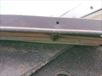 大和市渋谷では経年劣化で棟板金を固定する釘が飛散しており下地である貫板が丸見えの状態、棟板金交換工事が必要です