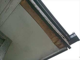 藤沢市葛原にて瓦調板金屋根の調査、軒天の剥がれは破風板が劣化し雨水を吸い込みすぎた事が原因です