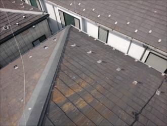 屋根が途中から角度が変わっている
