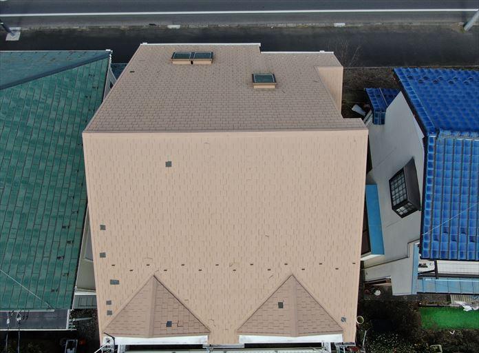 ドローンを飛行させて屋根全体を撮影
