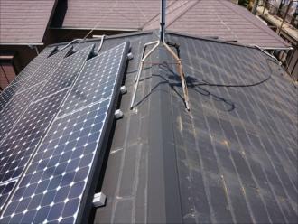 寒川町宮山にて太陽光パネルが設置されていた化粧スレート葺き屋根は塗膜が剥がれ雨漏りが心配な状態でした