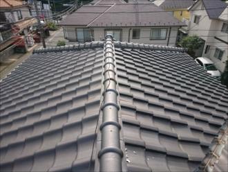 綺麗な瓦屋根ですが、よく見ると漆喰が剥がれている