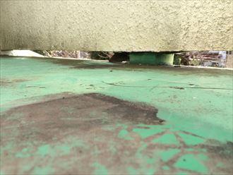 床の表面が変色したり亀裂が入ったりしている