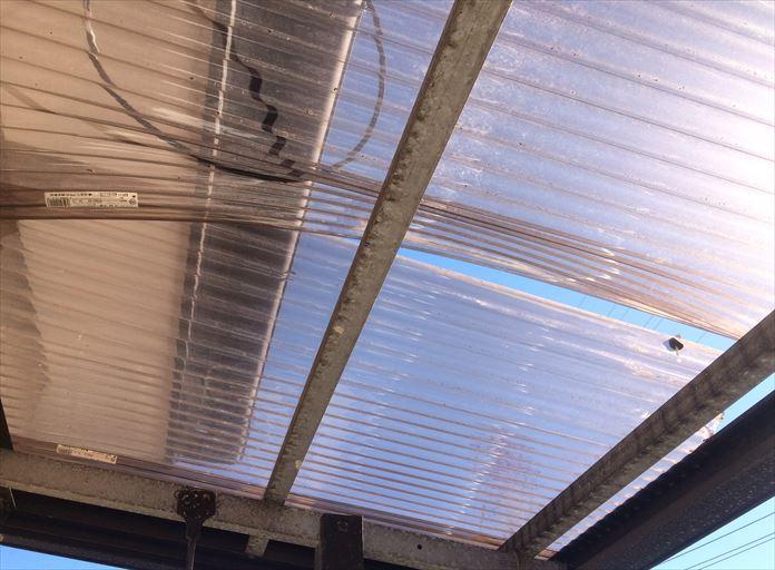 ベランダ屋根の波板ポリカ破損