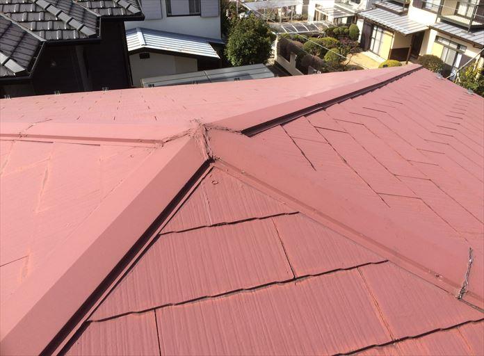 方形の屋根形状をしたスレート屋根