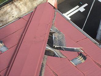 棟板金が当たった影響でスレートが破損
