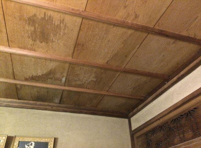 逗子市小坪で発生した雨漏りは、トタン屋根に穴が開いていることが原因でした