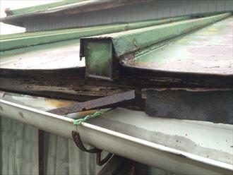 海老名市上今泉で傷みすぎた屋根の調査、下地の木材も傷んでおりました