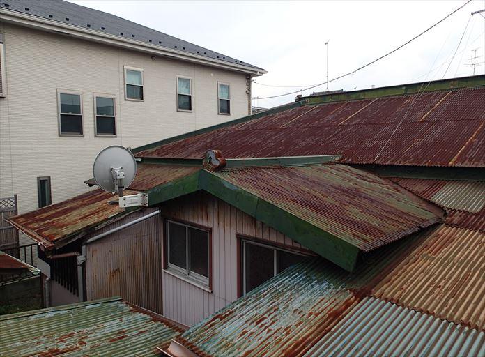 大和市渋谷で老朽化したトタン屋根の調査、至る所に経年劣化が見られました