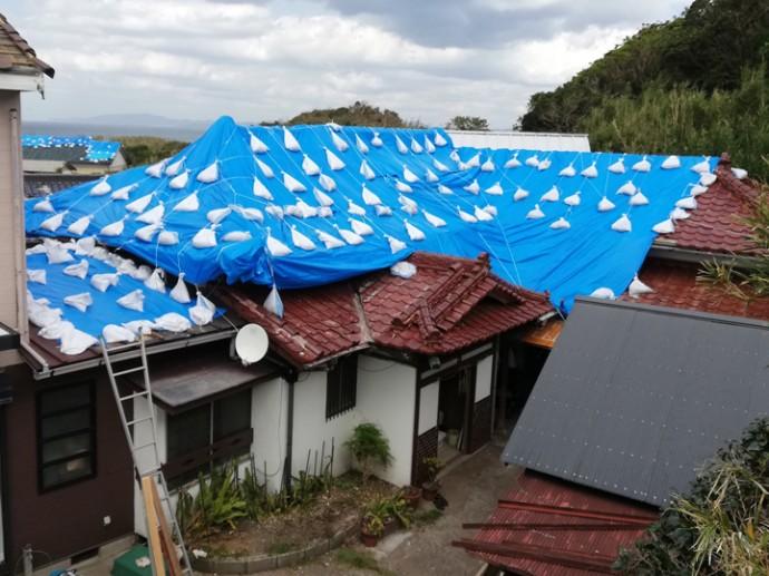 ブルーシートで養生された屋根