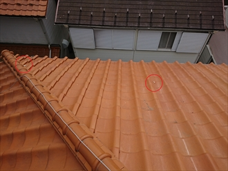 屋根にのっているのは棟から剥がれた漆喰