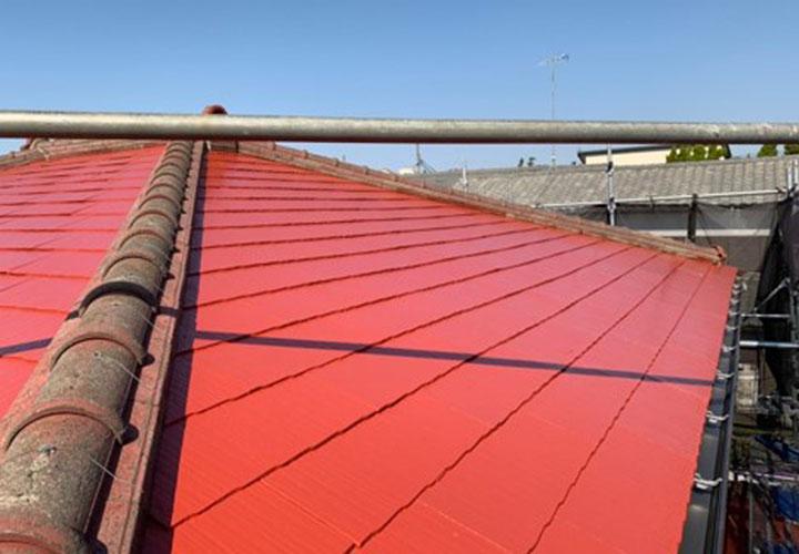 鎌倉市西鎌倉で色褪せが目立つスレート屋根の塗装にファインパーフェクトベストの赤さび色を使用