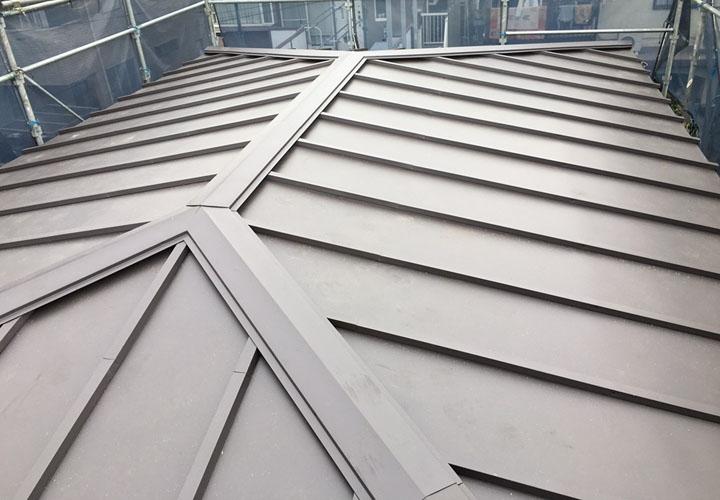 ガルバリウム鋼板で瓦棒葺き替え工事を行った屋根